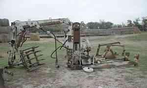 Трактор юмз и два грейферных погрузчика