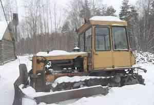 Гусеничный трактор дт75 с бульдозерной навеской